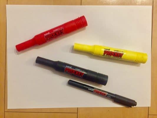 コピー用紙と黄色・赤・黒のマーカー